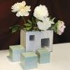 vase-geometrique-blanc-et-boites-bleues